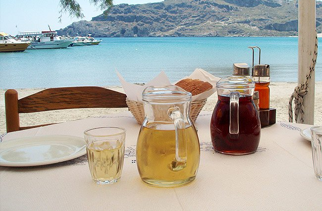 Kretisches Hauswein wird am besten in Strandnähe serviert