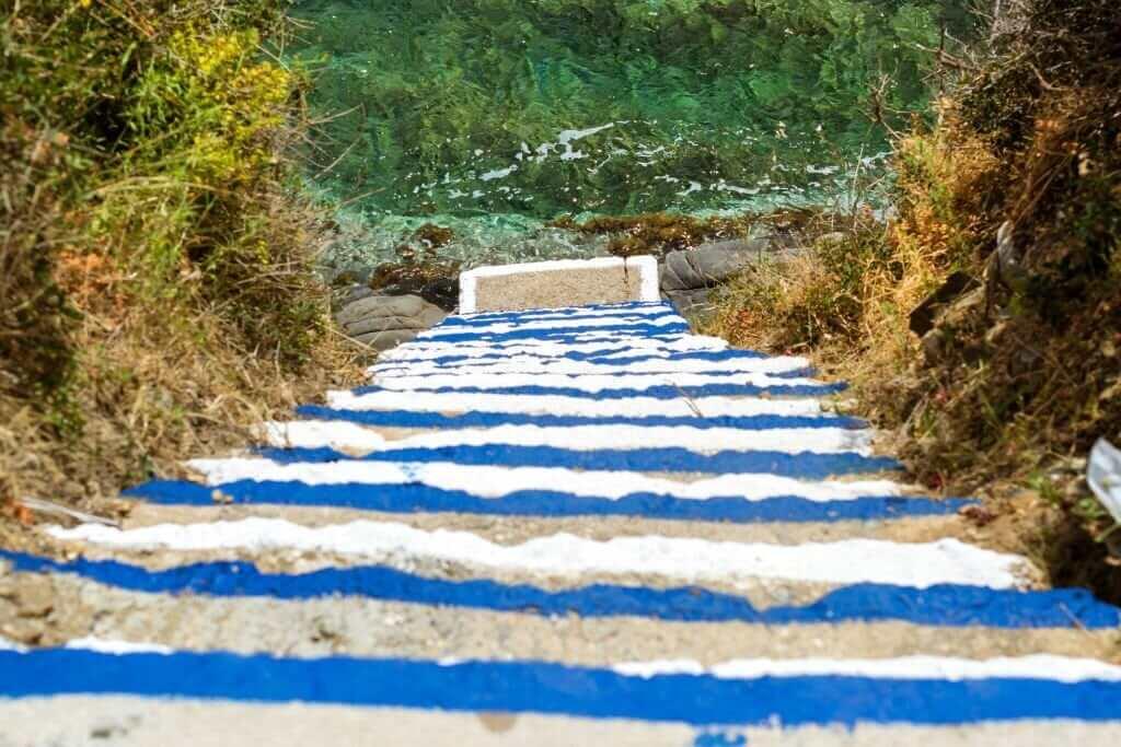 Treppe zum Strand von Varkotopos
